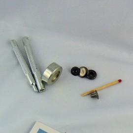 Outil manuel pour sertir les oeillets 12 mm.